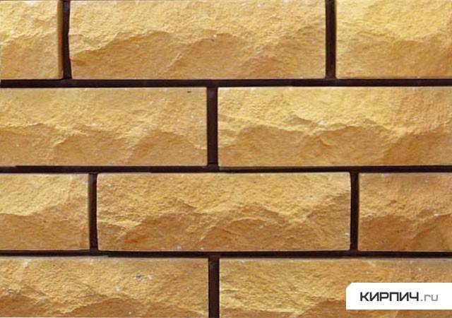 Так выглядит Кирпич силикатный облицовочный полуторный рустированный угловой жёлтый на фото